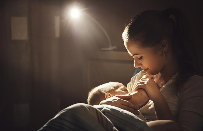 кормит ребенка