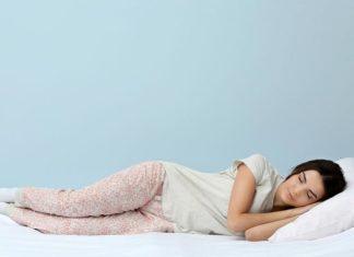 спит на боку