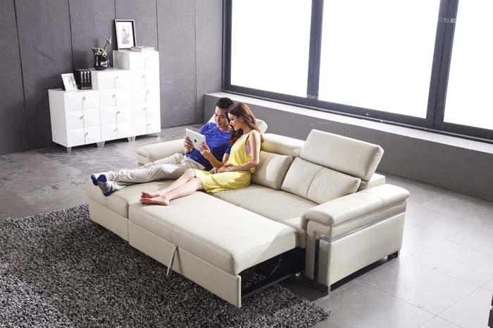 сидят на диване