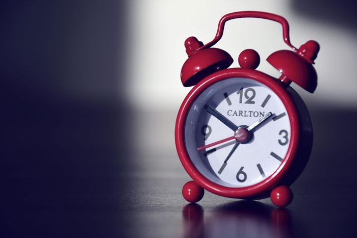 будильник на столе