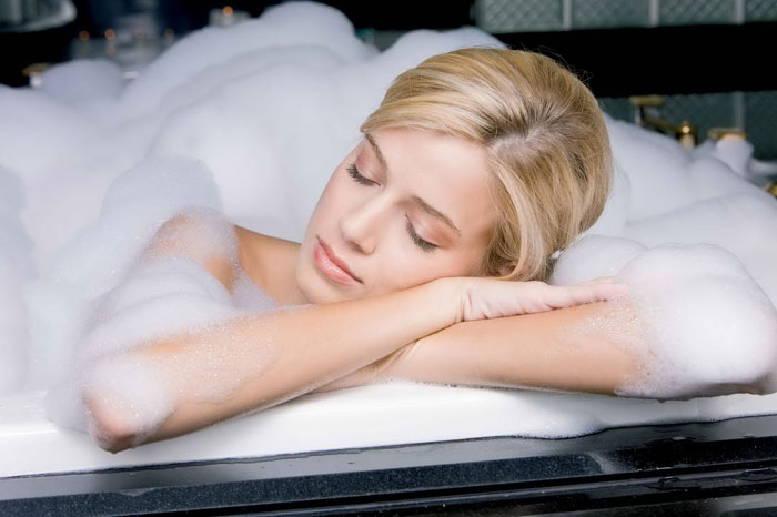 спит в ванной