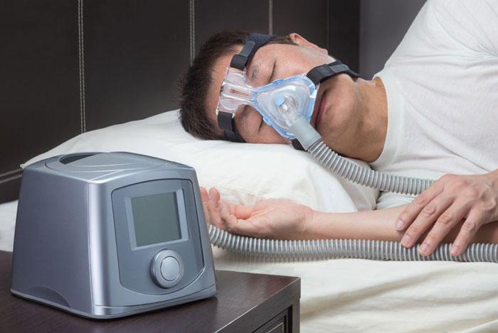 спит в маске