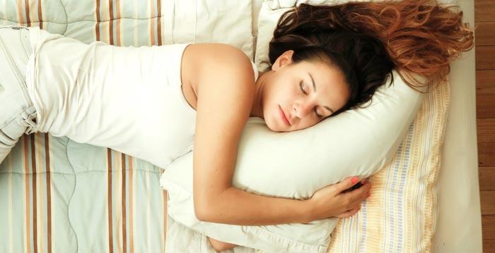 На каком боку лучше лежать или спать после еды при изжоге