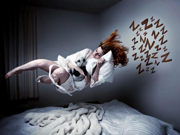 парит над кроватью