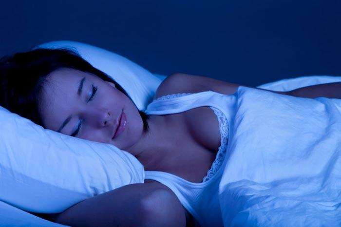 спит ночью
