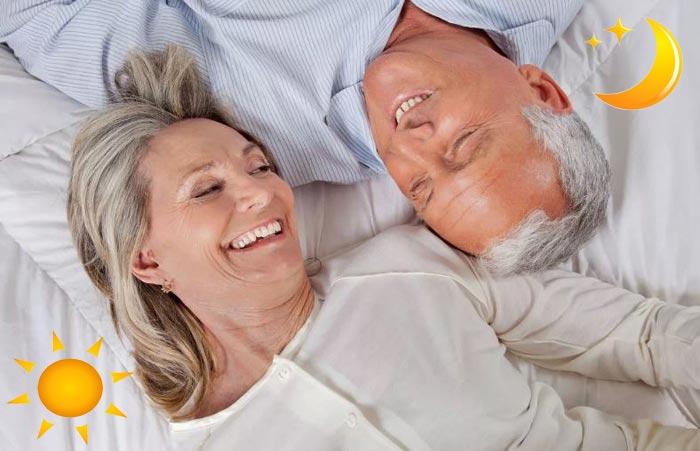 пенсионеры в кровати