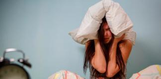 накрывает голову подушкой