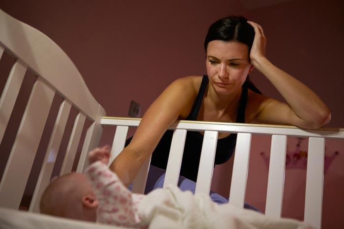 укладывает новорожденного спать