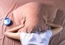 закрылся подушкой