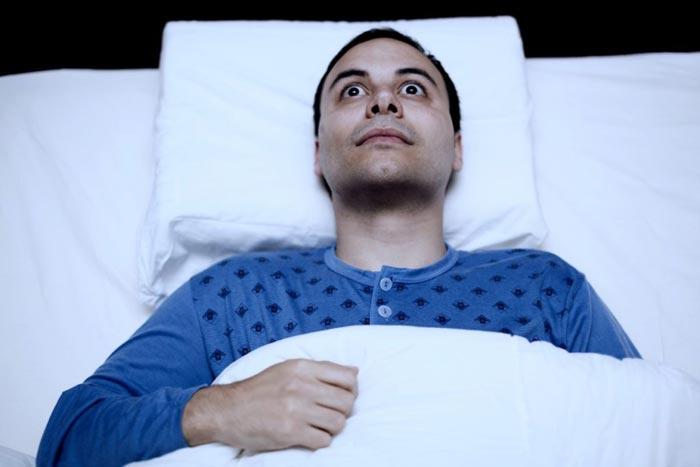лежит в кровати