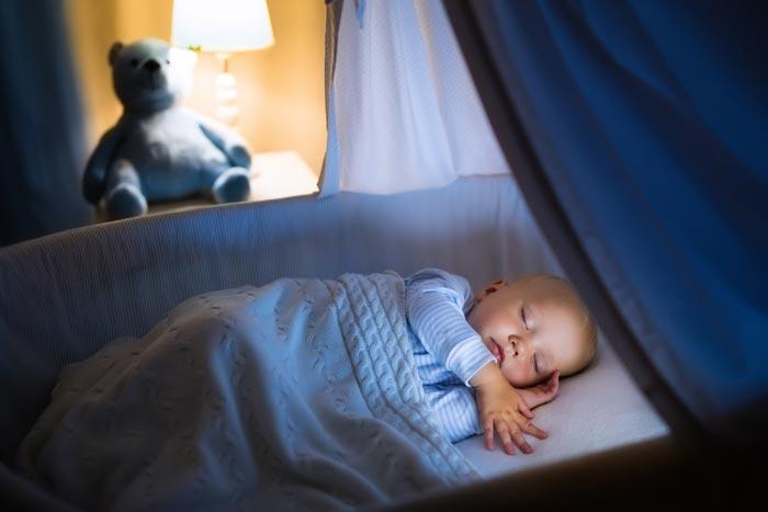 новорожденный спит в колыбели
