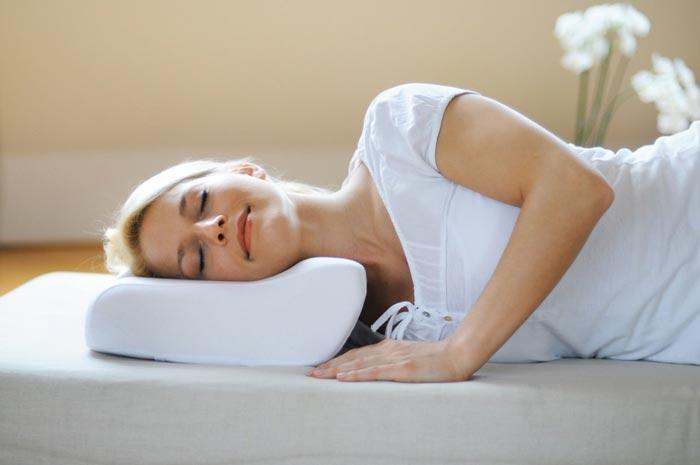 спит на подушке