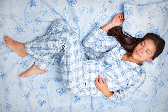 спит в пижаме