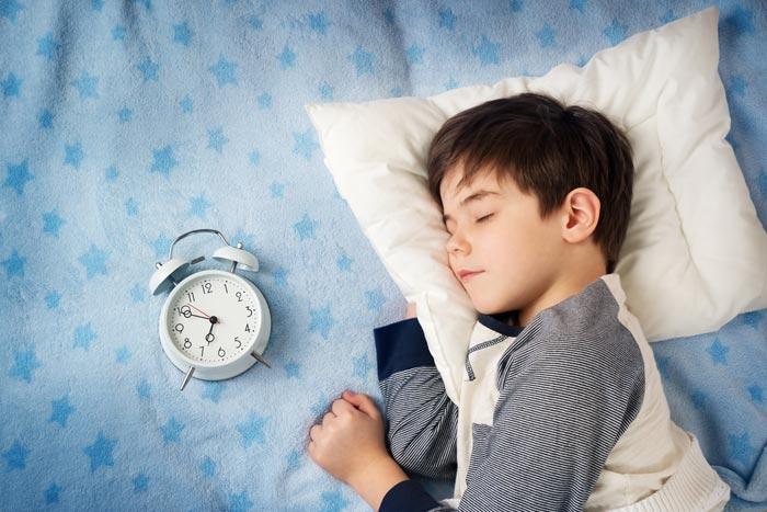 ребенок и будильник