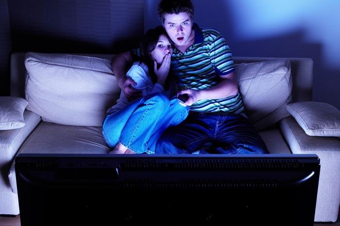 смотрят ужастики перед сном