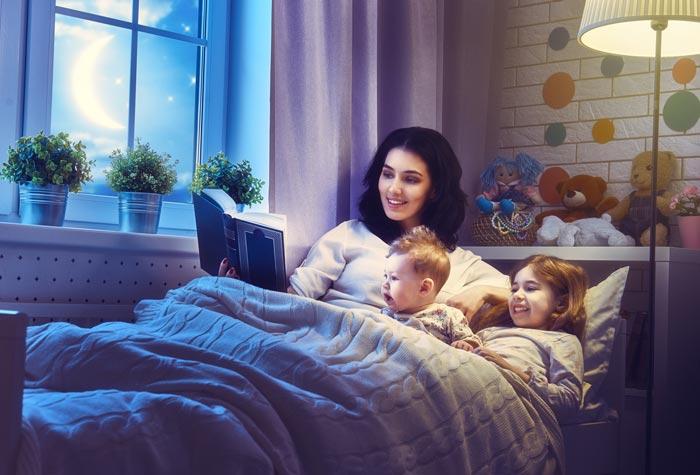 читает сказку на ночь
