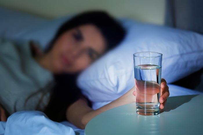 Можно ли и полезно ли пить воду на ночь перед сном? Пить воду на ночь: это хорошо или плохо? Стакан воды на ночь: польза и вред