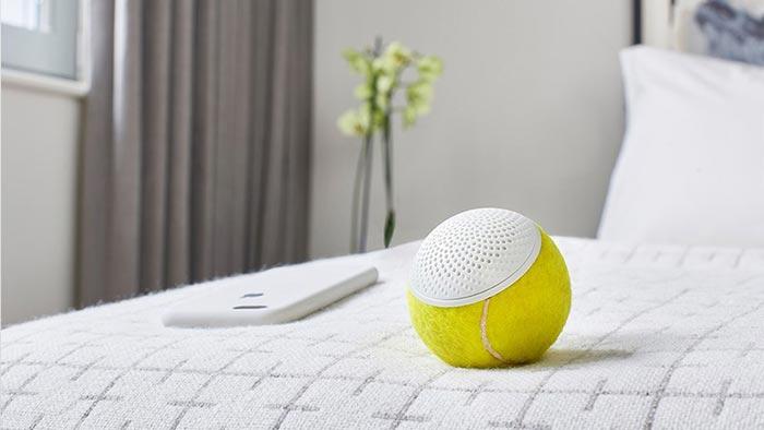 теннисный мяч на кровати
