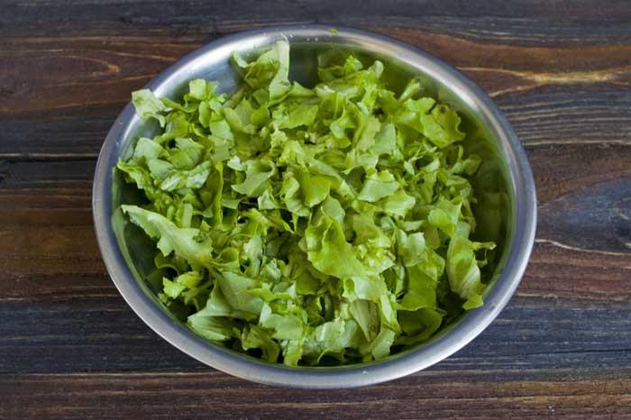 листья салата в тарелке