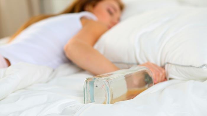 спит с бутылкой