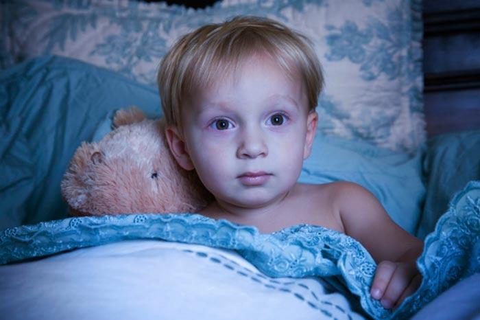 ребенок с открытыми глазами