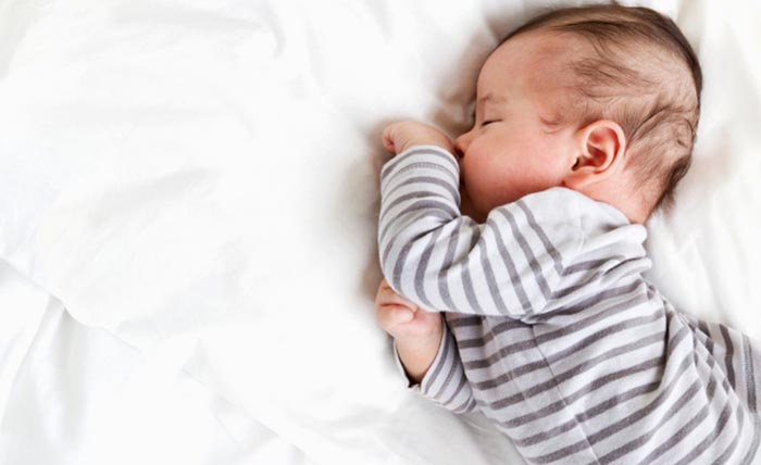 Почему ребенок сильно потеет во сне причины