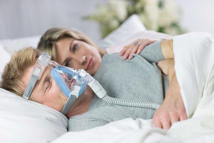 мужчина спит в маске