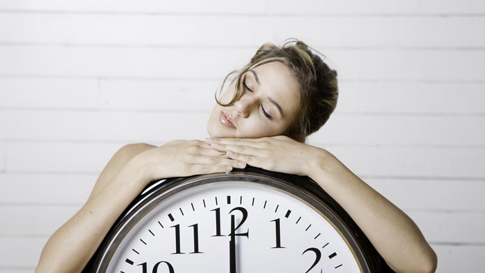 девушка спит на часах