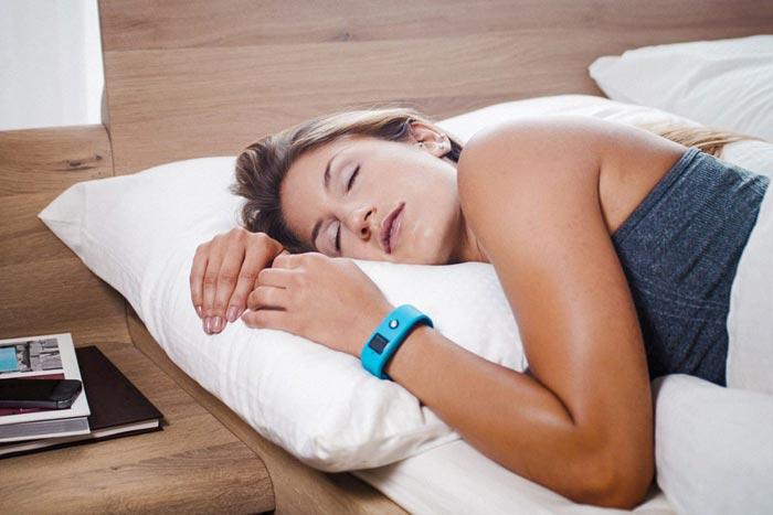 спит с фитнес браслетом