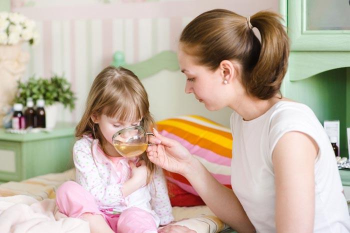 поит ребенка чаем