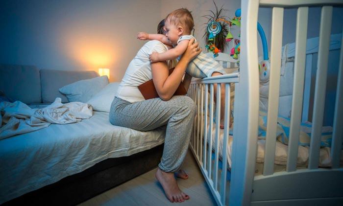 Ребенок часто просыпается ночью, плохо спит: причины, что делать