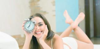девушка держит будильник