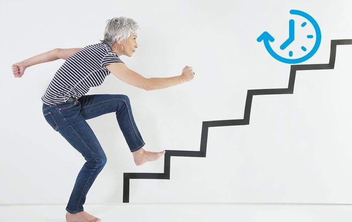 шагает по лестнице