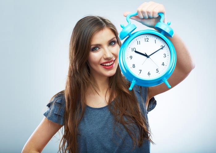 держит часы