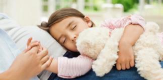 укладывает ребенка спать