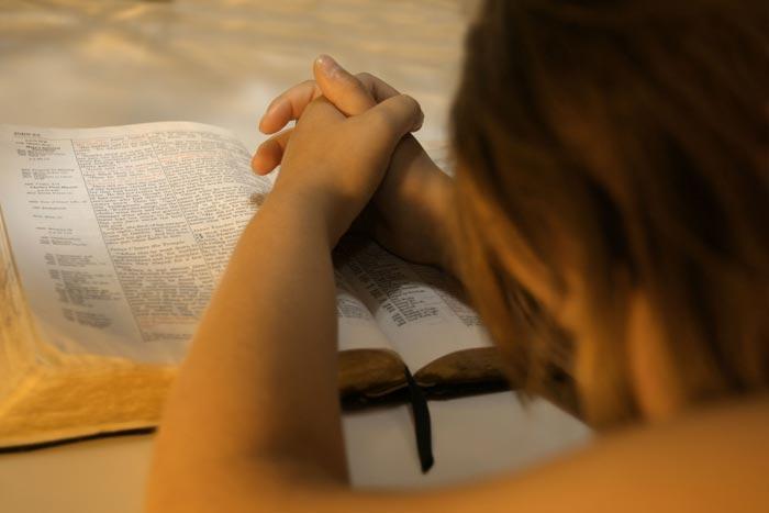 молится перед сном