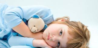 девочка лежит на подушке