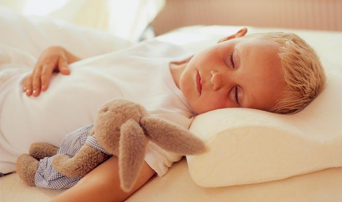 ребенок спит на подушке