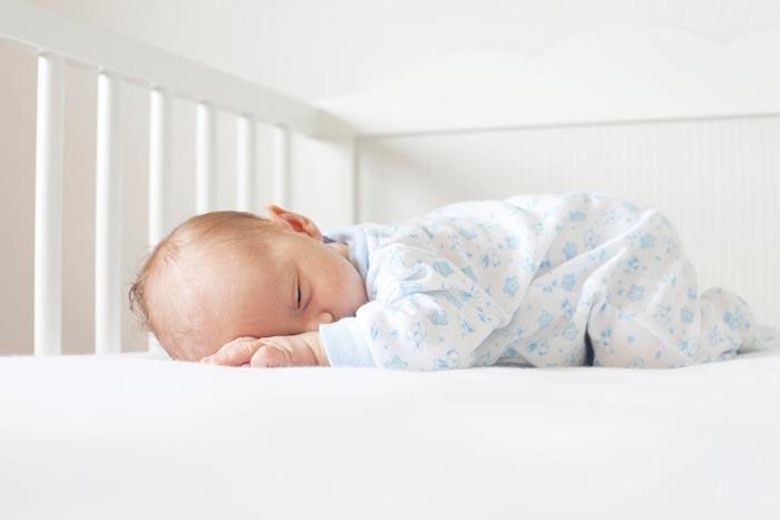 новорожденный в кроватке