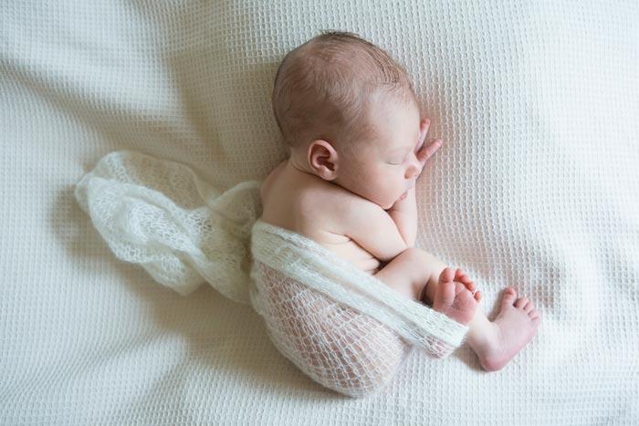 ребенок в позе эмбриона