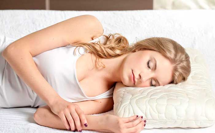 спит на ортопедической подушке