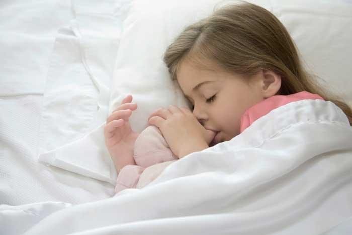 сосет палец во сне