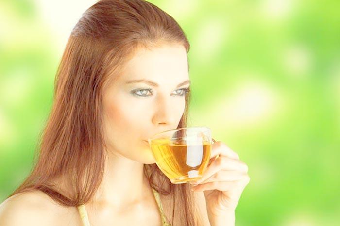 пьет зеленый чай