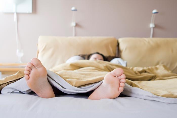 спит ногами впред
