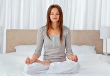 девушка медитирует